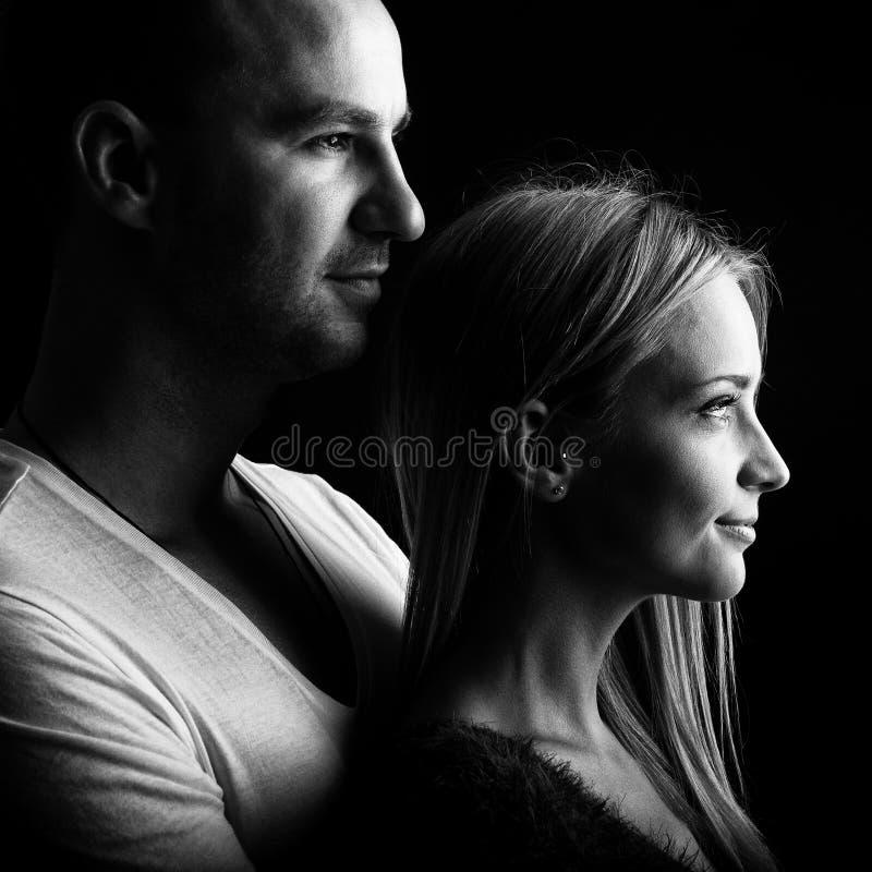 Houdend van paar, zwart-wit profielbeeld stock fotografie