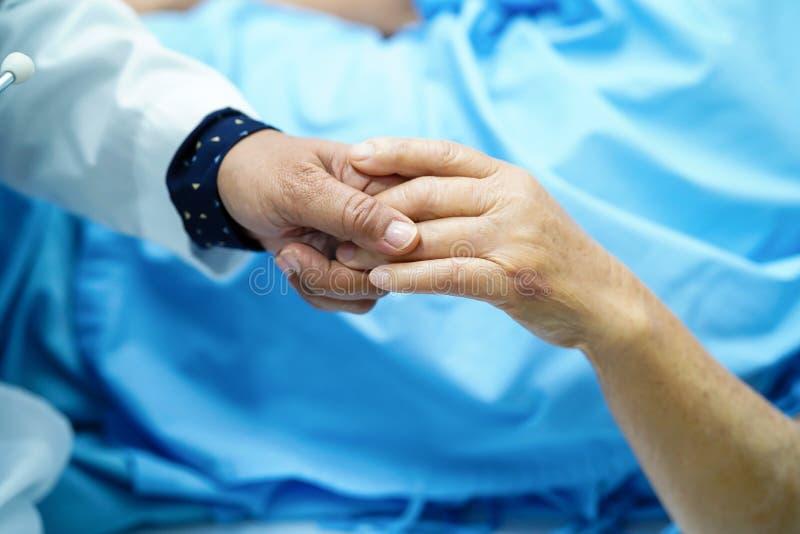 Houdend wat betreft de vrouwenpatiënt van de handen Aziatische hogere of bejaarde oude dame met liefde, moedigt zorg, die en empa stock foto's