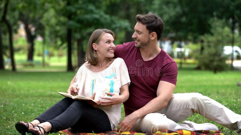 Houdende van echtgenoot die giftdoos geven aan vrouw, huidig om geen reden, ware liefde royalty-vrije stock fotografie
