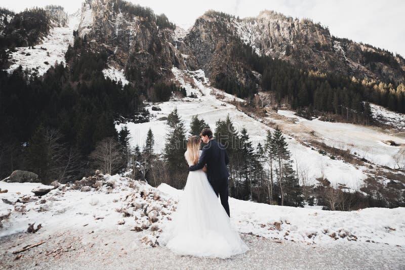 Houdende van echtgenoot en vrouw op de achtergrond van de bergen Het houdende van paar brengt emotioneel tijd door royalty-vrije stock afbeelding