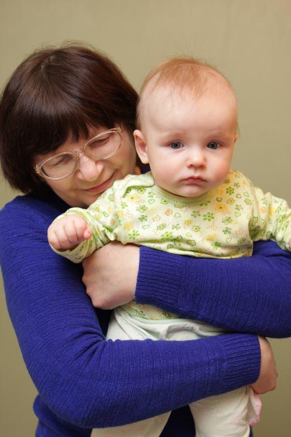 Houdende van grootmoeder met baby royalty-vrije stock afbeelding