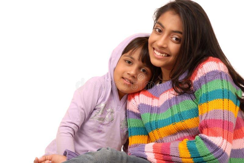 Houdende van Indische zusters stock foto's