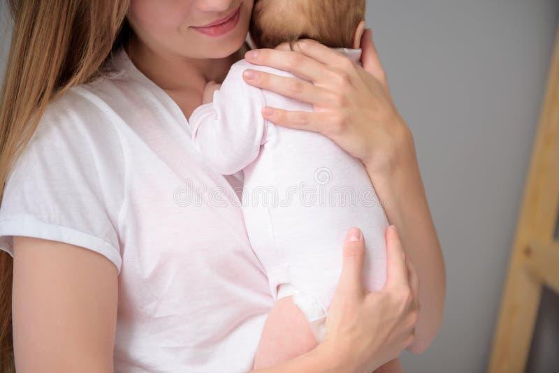 Houdende van moeder die voor haar babymeisje geven royalty-vrije stock afbeelding