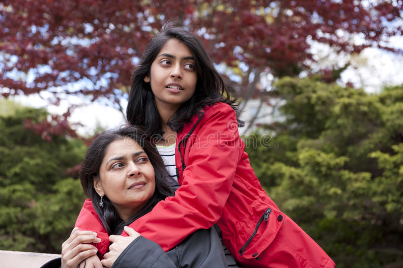 Houdende van moeder en dochter royalty-vrije stock afbeelding