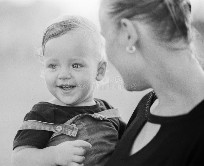 Houdende van moeder met babymeisje in wapens Rebecca 36 royalty-vrije stock foto