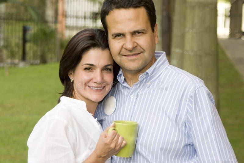 Houdende van paar het drinken koffie royalty-vrije stock foto's