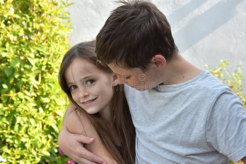 Houdende van siblings stock foto