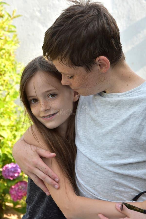 Houdende van siblings royalty-vrije stock foto's