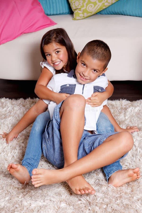 Houdende van siblings koesteren elkaar royalty-vrije stock fotografie