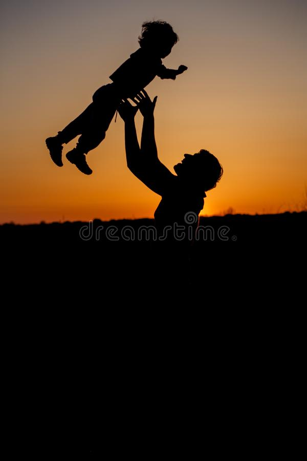 Houdende van vader en zijn kleine zoon die ventilator hebben samen in openlucht Gelukkige Familie fatherhood Peuterjongen en zijn stock foto