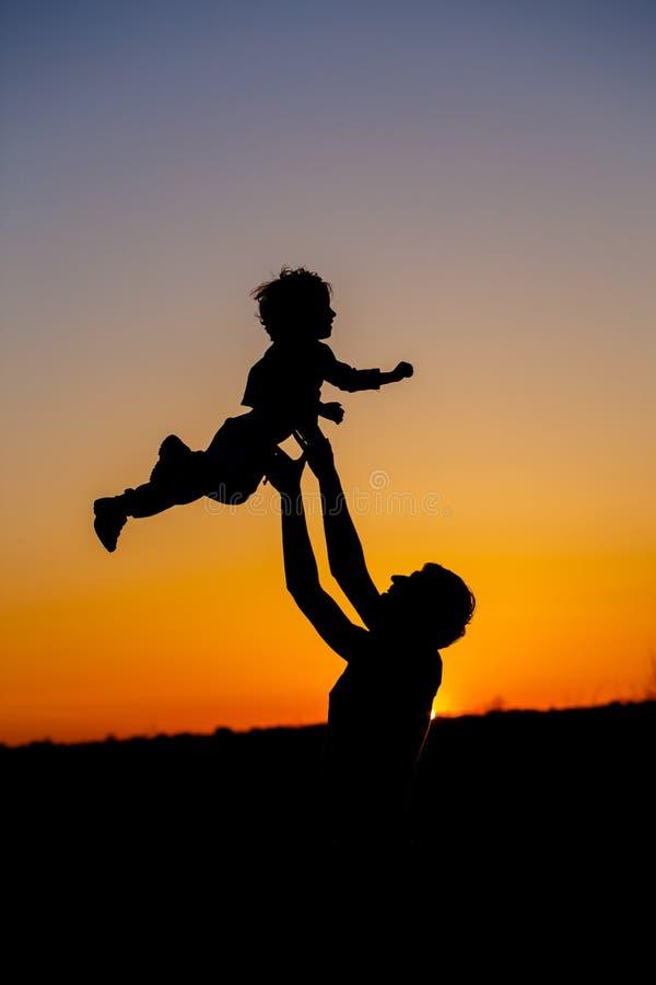 Houdende van vader en zijn kleine zoon die ventilator hebben samen in openlucht Gelukkige Familie fatherhood Peuterjongen en zijn stock afbeeldingen