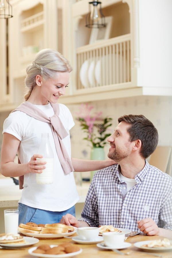 Houdende van vrouw die echtgenoot behandelen stock afbeeldingen
