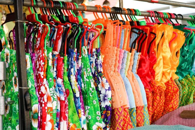 houdt de de doek Thaise stijl van de bloemzomer, Thaise mensen van waren in songkra stock fotografie