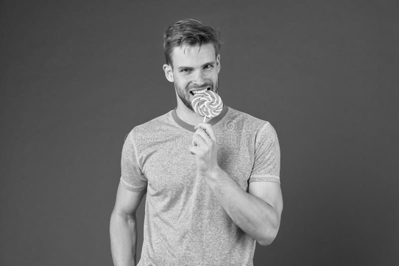 Houdt de mensen gebaarde volwassene van lolly Zoet tandconcept Suiker schadelijk voor gezondheid Het viooltje van het de lollysui stock fotografie