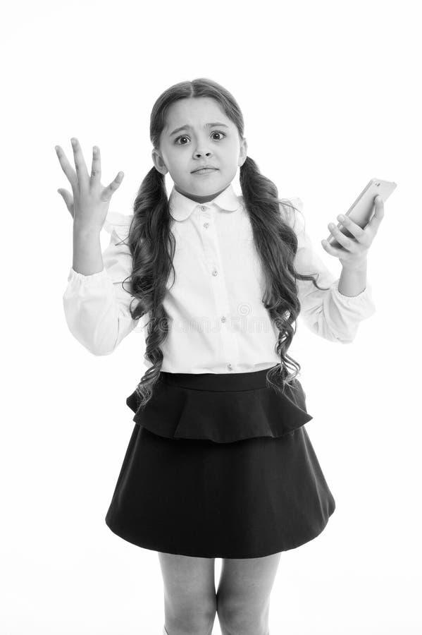 Houdt het meisjes leuke lange krullende haar smartphone witte achtergrond Uitdrukking van het kind houdt de wanhopige hulpeloze g royalty-vrije stock fotografie