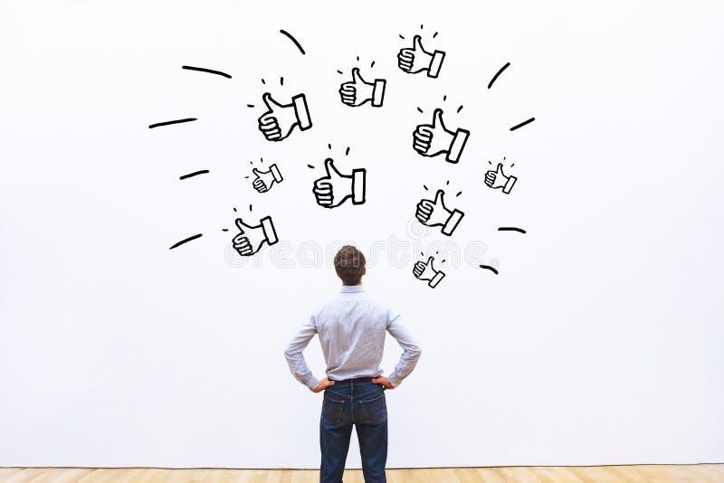 Houdt van op sociale netwerken, koppelt de positieve klant terug stock foto's