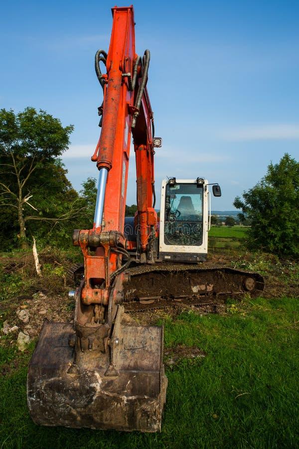 Houe de dos de grue d'excavatrice travaillant au site photos stock