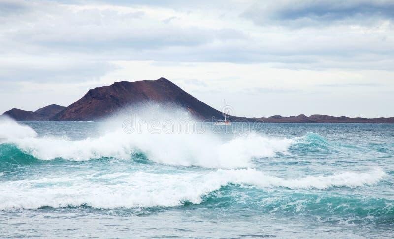 Houle de mer par le rivage nordique de Fuerteventura photo stock