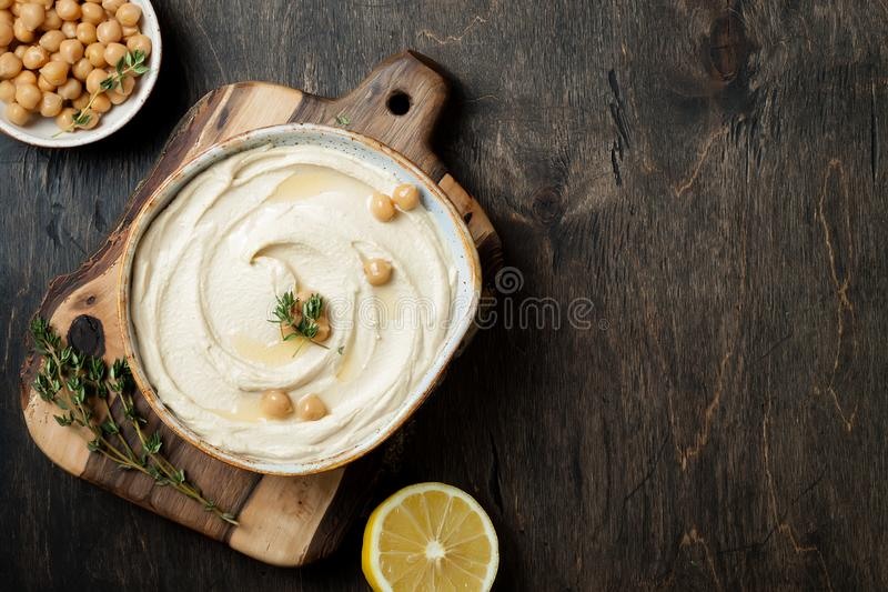Houmous fait maison avec le thym, huile d'olive Cuisine arabe traditionnelle et authentique du Moyen-Orient photographie stock libre de droits