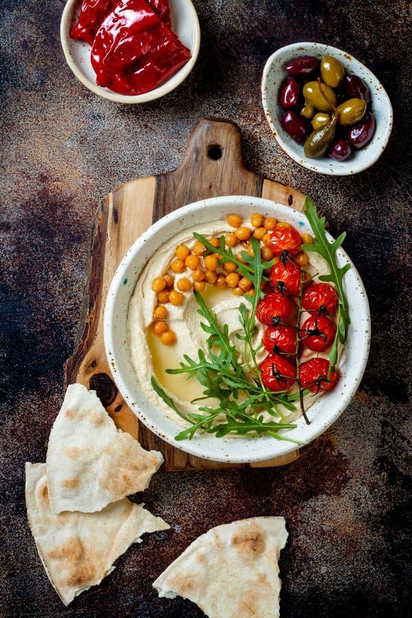 Houmous fait maison avec les tomates-cerises et les olives r?ties Cuisine arabe traditionnelle et authentique du Moyen-Orient photo stock