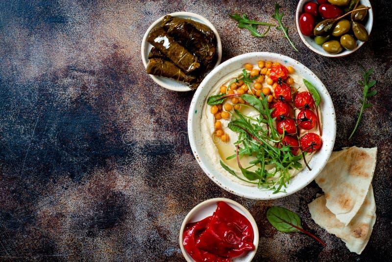 Houmous fait maison avec les tomates-cerises et les olives r?ties Cuisine arabe traditionnelle et authentique du Moyen-Orient photos libres de droits