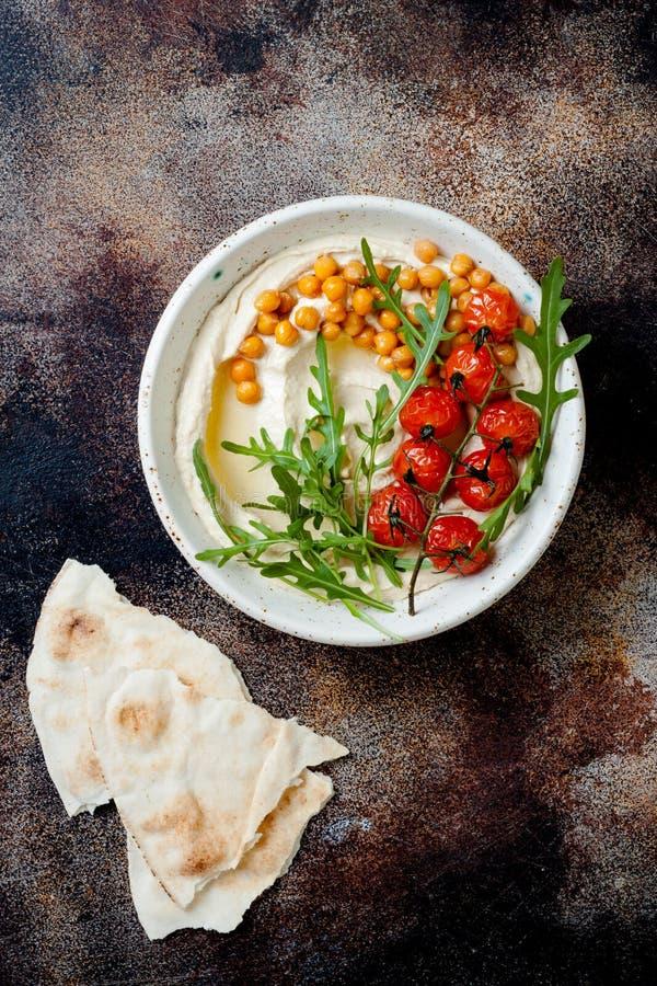 Houmous fait maison avec les tomates-cerises et les olives r?ties Cuisine arabe traditionnelle et authentique du Moyen-Orient image libre de droits
