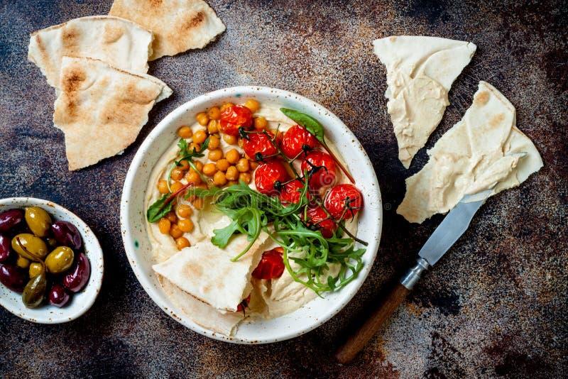 Houmous fait maison avec les tomates-cerises et les olives r?ties Cuisine arabe traditionnelle et authentique du Moyen-Orient photo libre de droits
