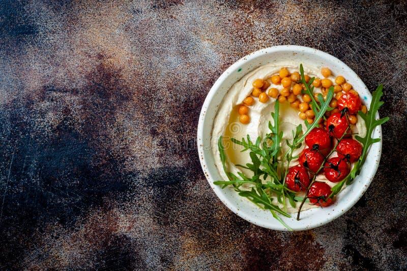 Houmous fait maison avec les tomates-cerises r?ties Cuisine arabe traditionnelle et authentique du Moyen-Orient photo libre de droits