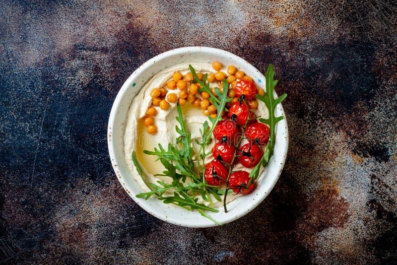 Houmous fait maison avec les tomates-cerises r?ties Cuisine arabe traditionnelle et authentique du Moyen-Orient image stock