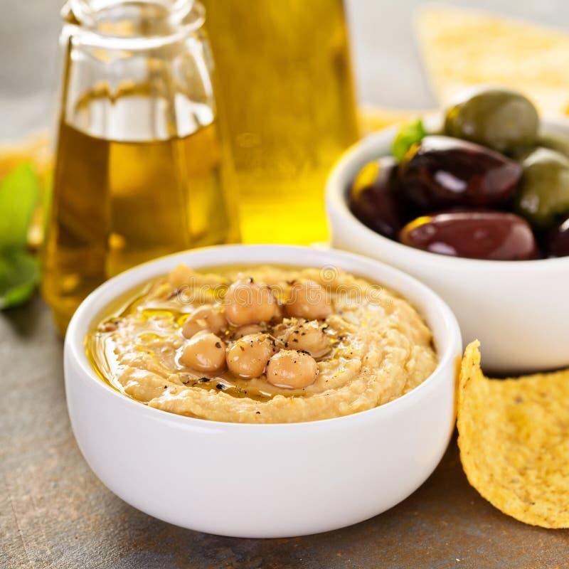 Houmous fait maison d'huile d'olive photographie stock libre de droits
