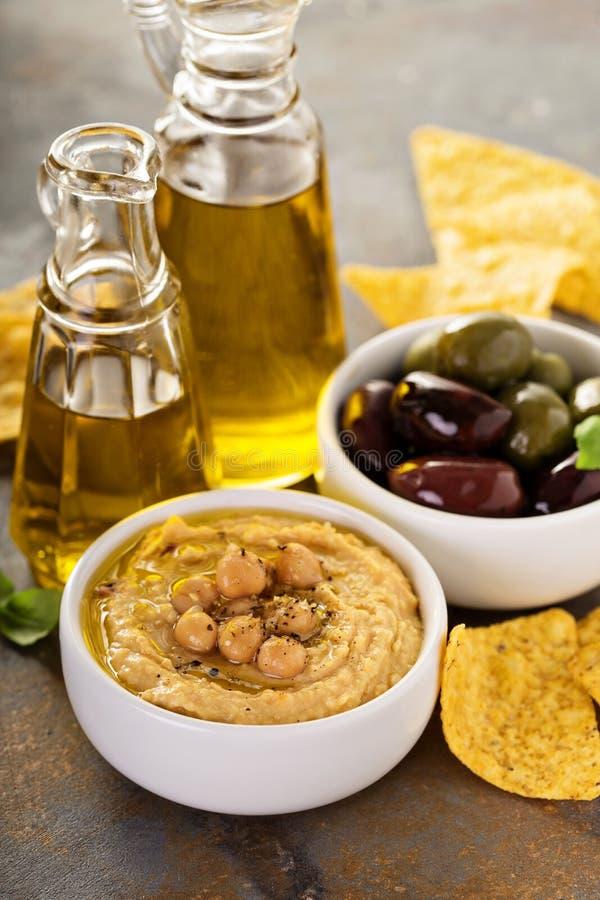 Houmous fait maison d'huile d'olive photos stock