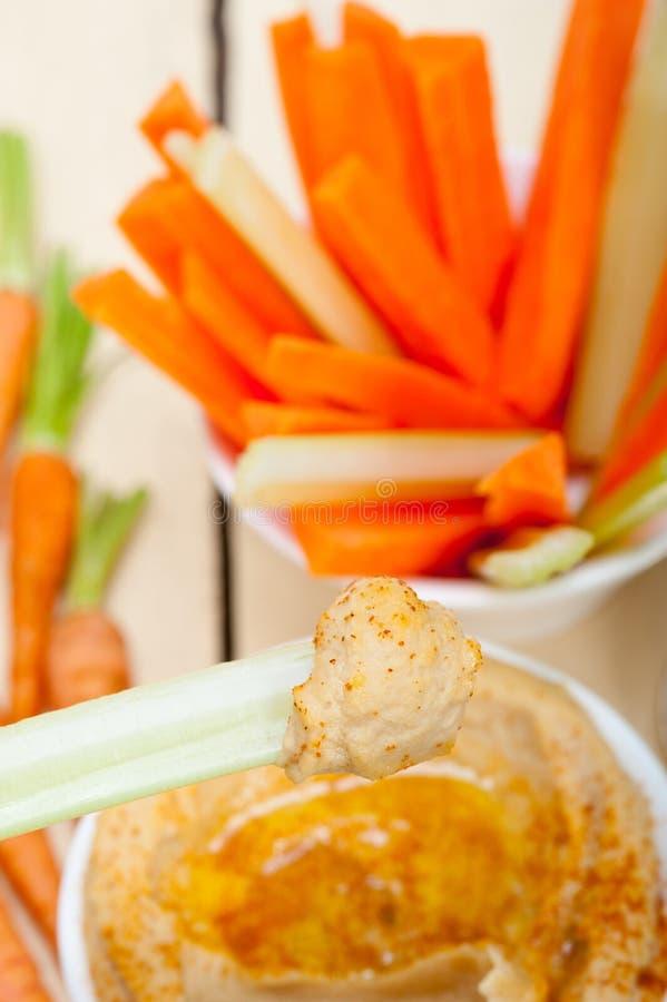 16199998 houmous frais plongent avec la carotte et le céleri crus photo stock