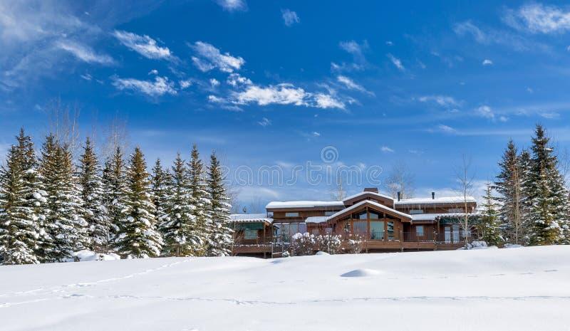 Hounse en bois pendant l'hiver Idaho de neige images stock