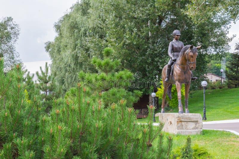 Hource-Reiter im Freien mit einer enormen Grünfläche stockfoto