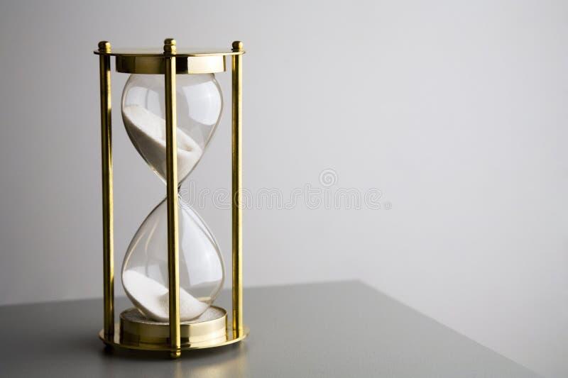Hourglass на сером цвете стоковые фото