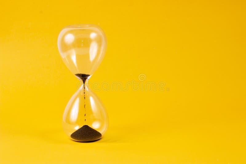 hourglass предпосылки более близкий вверх по желтому цвету стоковая фотография