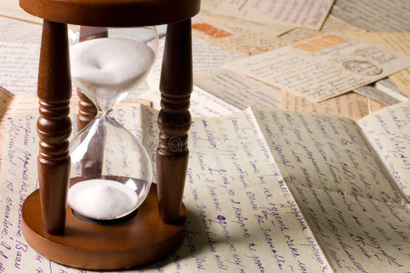 Hourglass auf alten Zeichen lizenzfreies stockbild