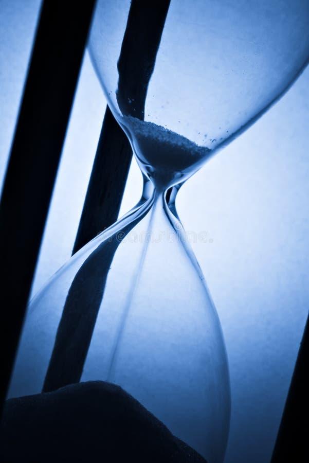 Hourglass auf Blau stockfotos