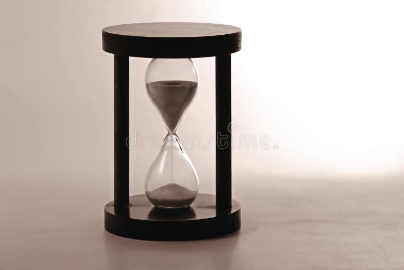 Hourglass, der die Zeit zählt lizenzfreie stockbilder