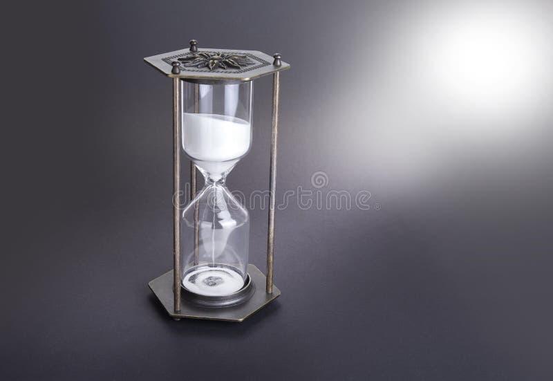Hourglass jako czasu przelotny pojęcie dla biznesowego ostatecznego terminu, pilności i bieg z czasu, fotografia stock