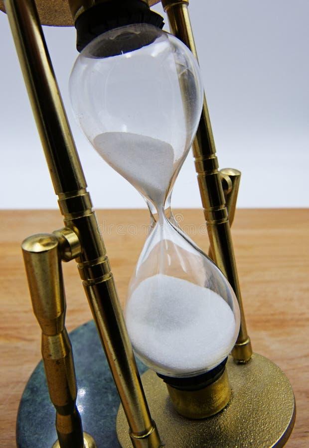Hourglass jako czasu przelotny pojęcie na drewnianym stołu i bielu tle obraz royalty free