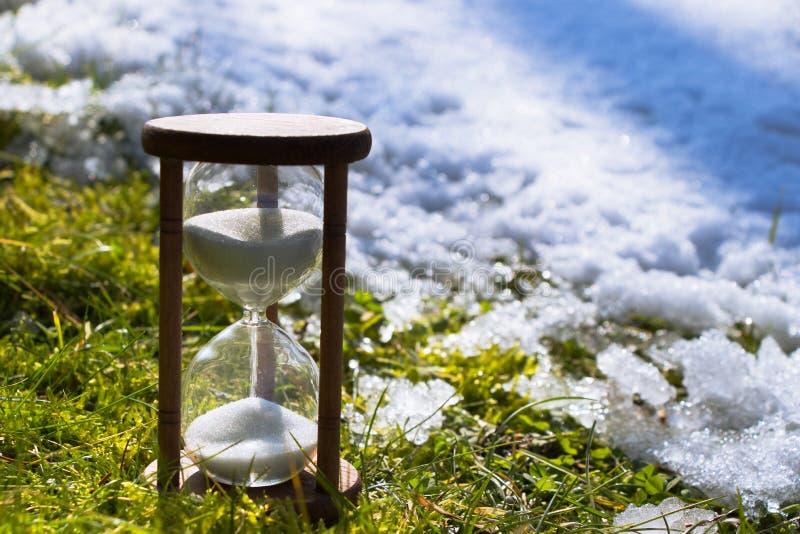 Hourglass jako symbol odmienianie sezony nadchodzącej wiosny obrazy royalty free