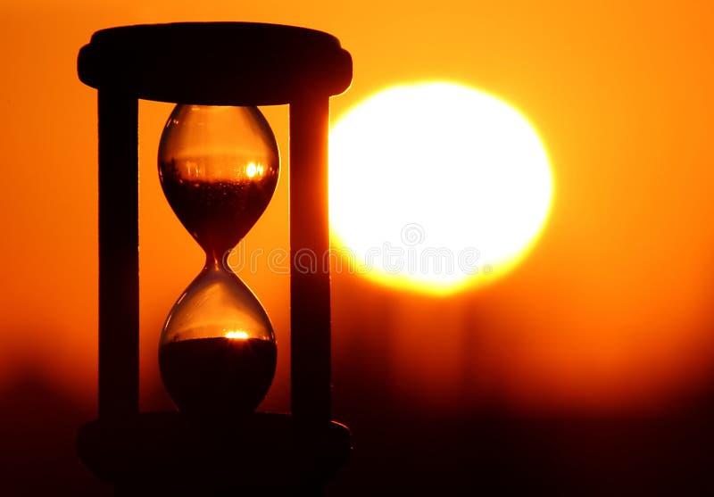 Hourglass no por do sol imagem de stock