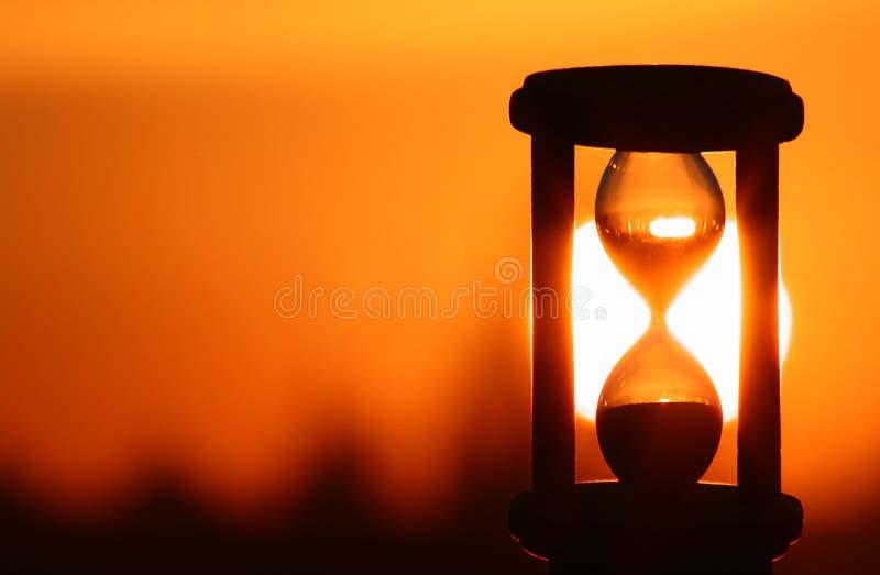 Hourglass no por do sol fotografia de stock