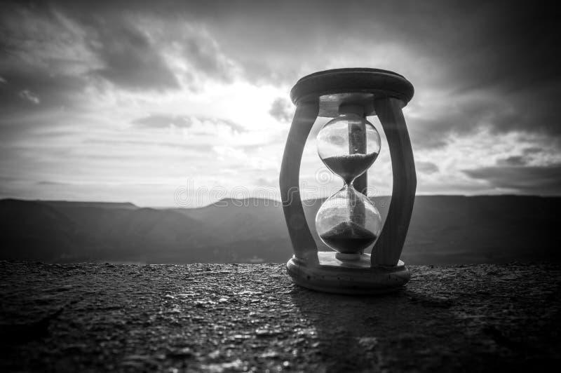 Hourglass omijanie czasu upływu chmury Hourglass przed jaskrawym niebieskim niebem z bufiastym bielem chmurnieje omijanie tła poj zdjęcia stock