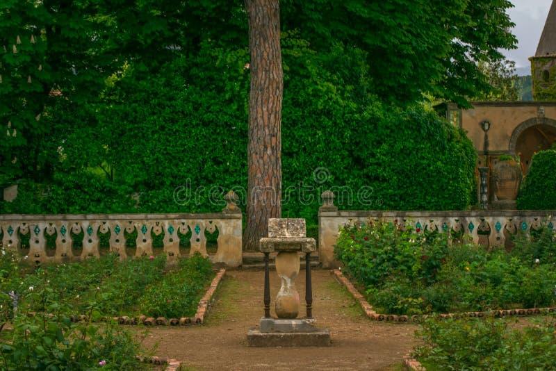 Hourglass otaczający kolorowymi kwiatami w ogródzie willa Cimbrone kamień, Ravello wioska, Amalfi Włochy wybrzeże obrazy royalty free