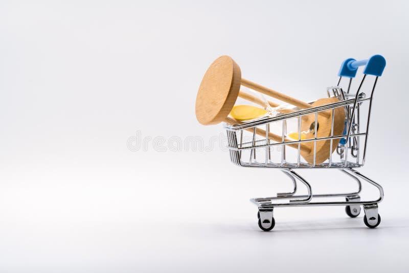 Hourglass w wózku na zakupy na białym tle obraz stock