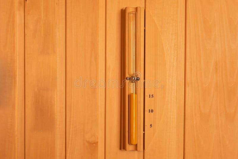 Hourglass wieszający na drewnianej ścianie sauna Sandglass zegar obrazy stock