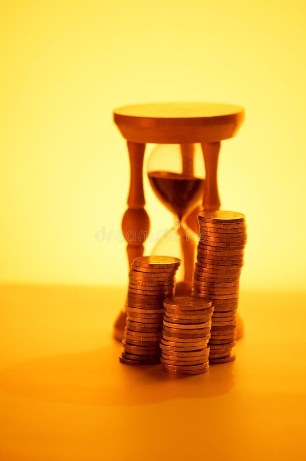 Hourglasses e moeda imagens de stock royalty free