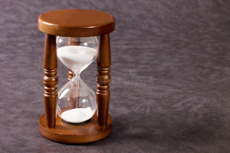 Hourglasses em um fundo cinzento foto de stock